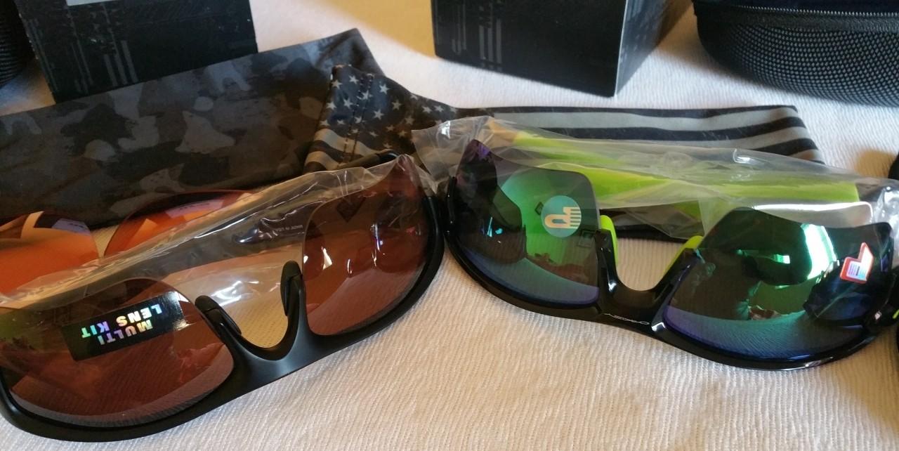 Left: Flak SI edition with T45 lense; Right: Flak 2.0 xl with jade polarized.